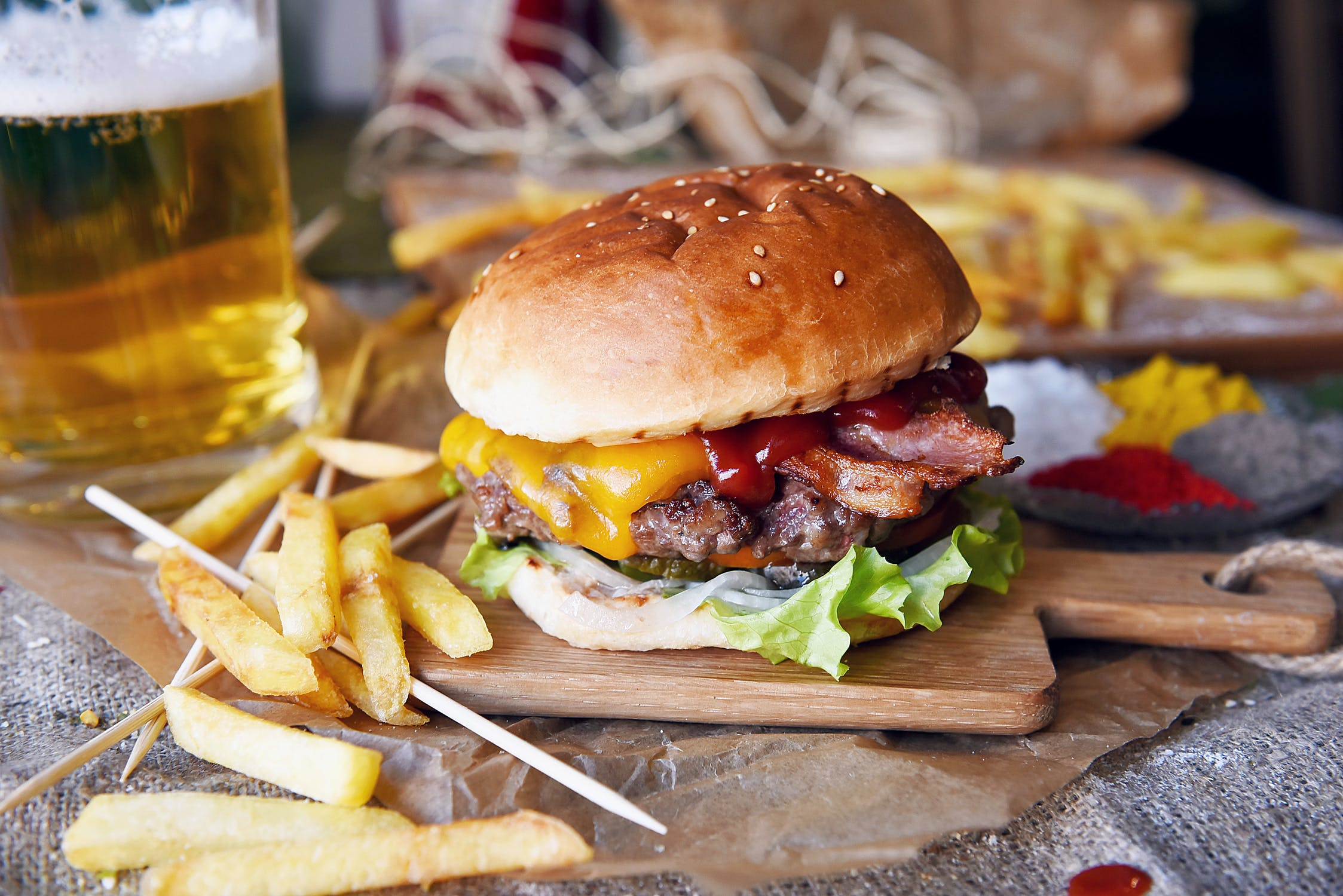 hamburger met patat en bier