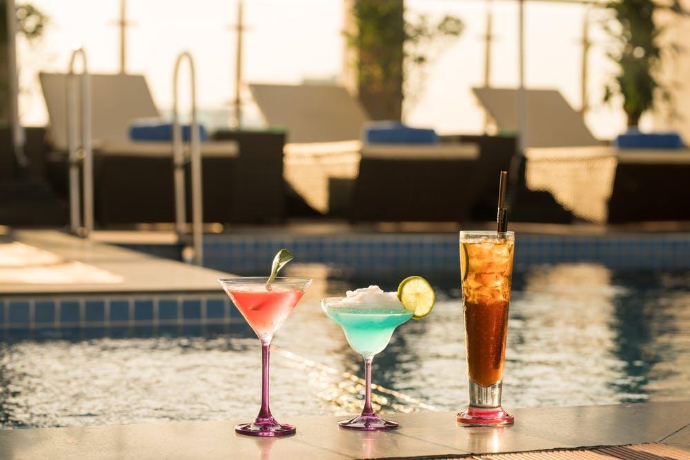 cocktails aan het zwembad